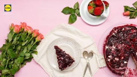 Tarta cu inghetata si gem de fructe de padure