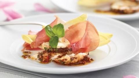Mozzarella de bivolita marinata servia pe prosciutto si andive