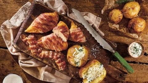 Piept de pui infasurat in bacon si cartofi la jar