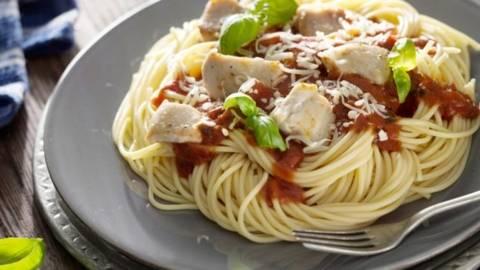 Pulpe de pui cu rosii servite cu spaghete