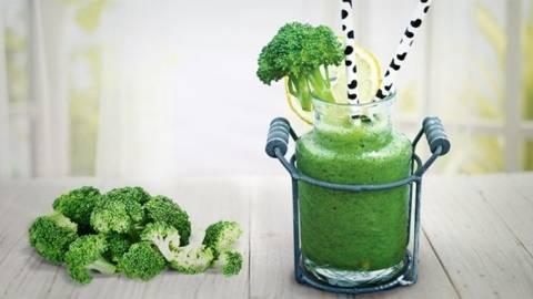 Smoothie cu broccoli, telina si busuioc