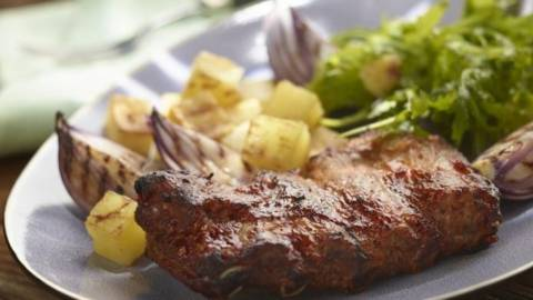 Coaste de porc cu sos iute si salata calda de cartofi copti