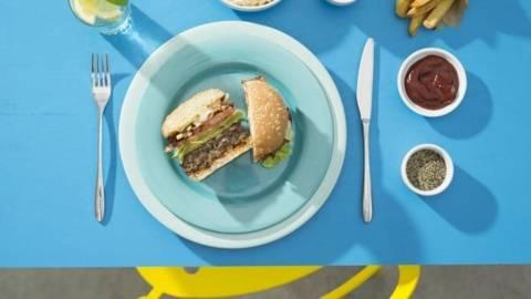 Cheeseburger cu cartofi prajiti si salata coleslaw