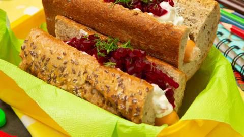 Sandwich cu crenvursti din piept de pui, crema de branza si sfecla