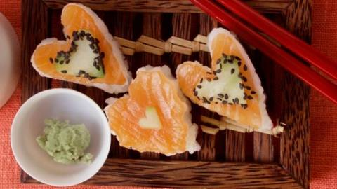 Inimioare de sushi cu somon, castraveti si susan