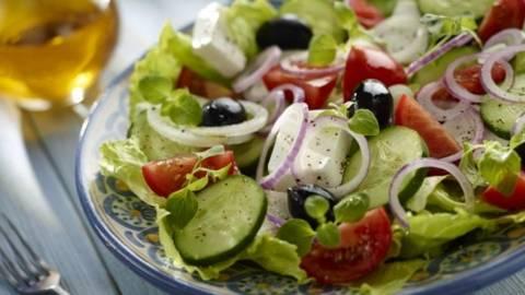 Salata de rosii si castraveti cu branza telemea
