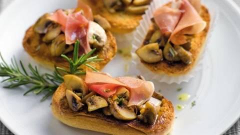 Bruschete cu ciuperci marinate si sunca de Parma