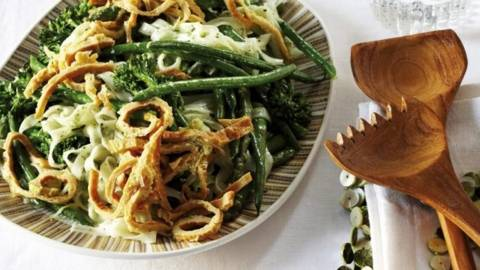 Salata calda cu legume verzi si paste din orez, cu sos de nasturel