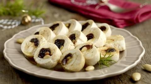 Rulada de pui cu prune uscate si migdale