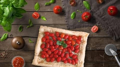 Tarta foietaj cu rosii cherry prunisoare si cimbru