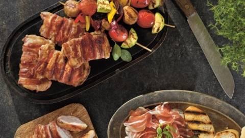 Pulpe cu bacon pe grill cu frigarui vegetariene