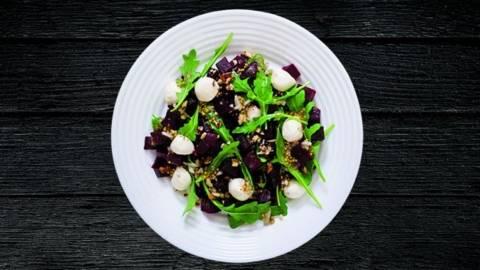 Salata cu rucola, sfecla si mozzarella