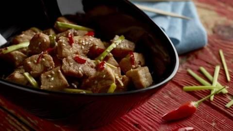 Carne de porc prajita cu sos (Dwaeji Gogi bokum)