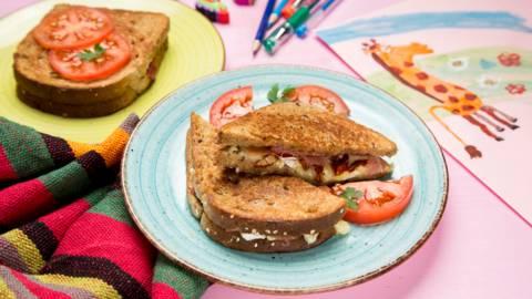 Sandwich-uri crocante cu branza si Jamon Serrano