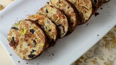 Salam de biscuiti cu ciocolata alba si fistic