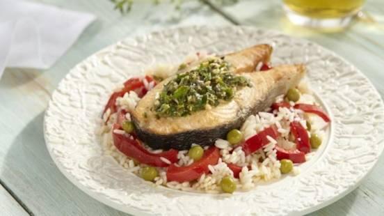 Fileuri de somon cu orez si sos mediteranean