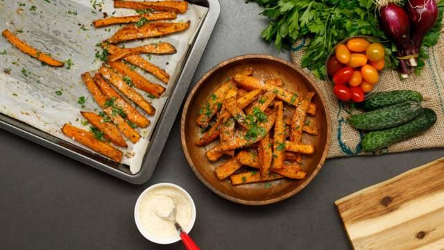 Cartofi dulci cu usturoi si parmezan la cuptor