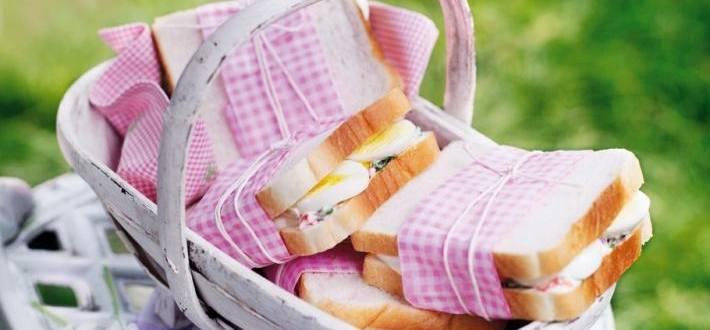Sandvisuri cu oua si sos remoulade cu busuioc