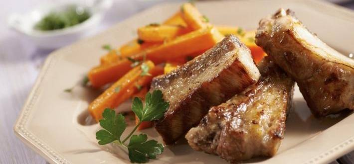 Coaste de porc cu duo de salsa si morcovi picanti