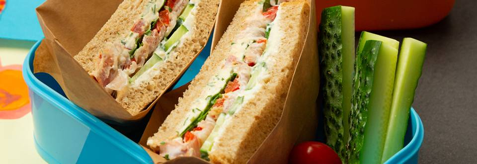 Sandwich cu crema de branza, oua de prepelita si bacon
