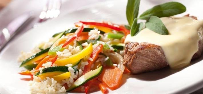 Ceafa de porc cu branza si orez cu legume