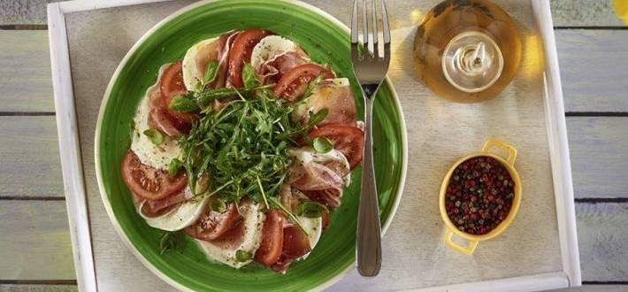 Salata aperitiv caprese cu prosciutto si rucola