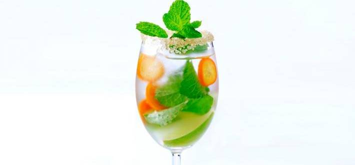 Cocktail cu kumquats, lime si menta