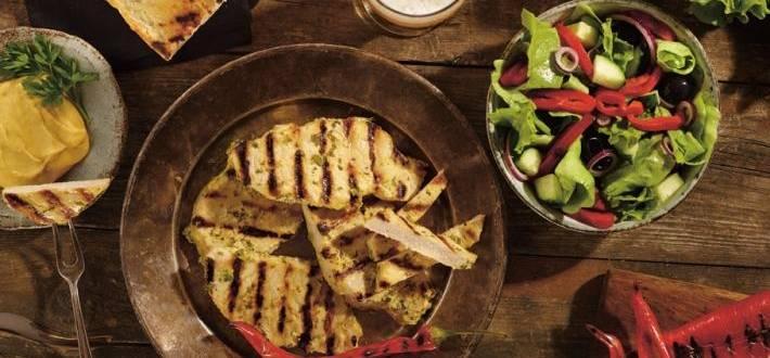 Cotlet de porc marinat in mustar cu salata de ardei copti