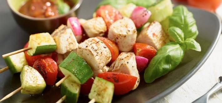 Frigarui de pui cu legume colorate si sos iute