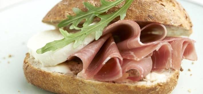 Sandvici cu sunca afumata si mozzarella
