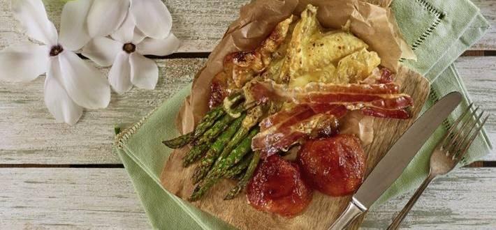 Sparanghel gratinat cu bacon crocant si rosii confiate