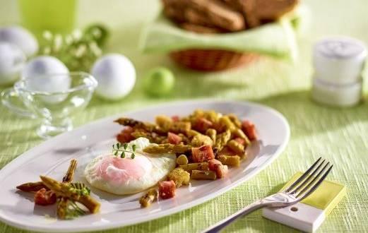 Salata cu sparanghel, bacon si ou posat