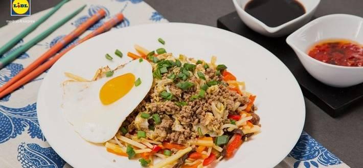 Carne tocata de vita cu varza chinezeasca si ou prajit