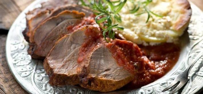 Spata de porc la tava servita cu cartofi cu smantana