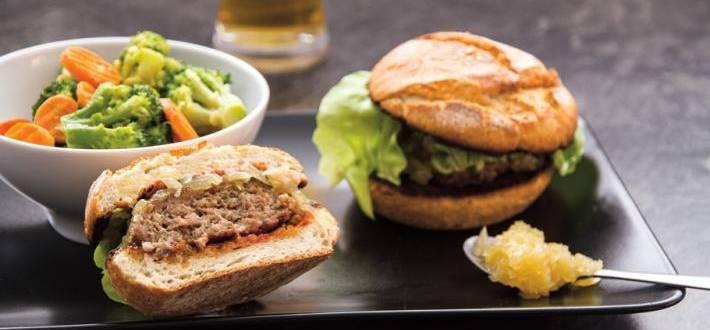 Burger cu dulceata de ceapa si legume sote