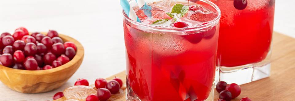 Bautura racoritoare cu fructe rosii