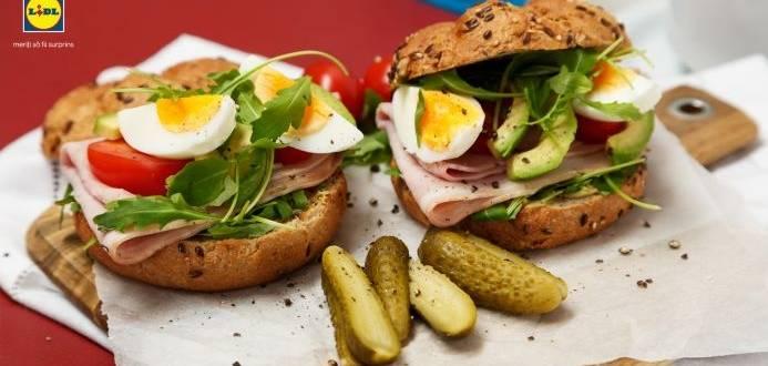 Sandwich cu oua, sunca si avocado