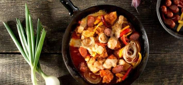 Tigaie picanta de pui cu sos de rosii si cascaval lipicios