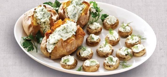 Cartofi copti si ciuperci la cuptor cu crema de branza cu ierburi