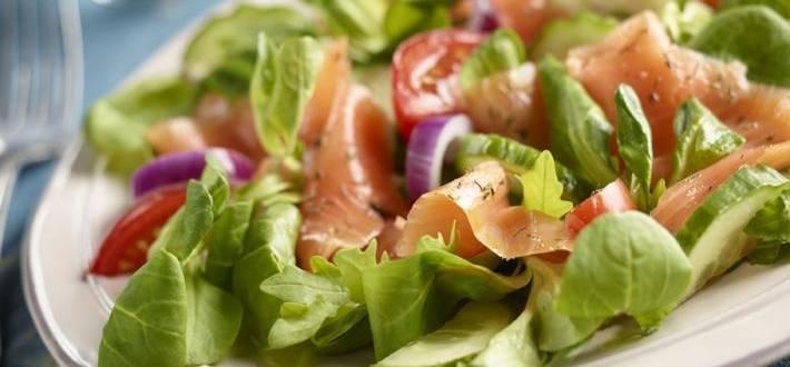 Somon uscat servit cu salata